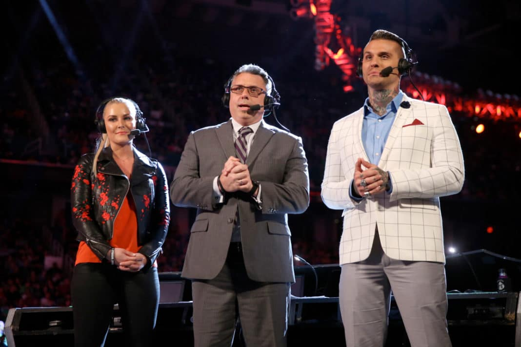 WWE Raw Kommentatoren Renee Young, Michael Cole, Corey Graves im Herbst 2018 - (c) 2020 WWE. All Rights Reserved.