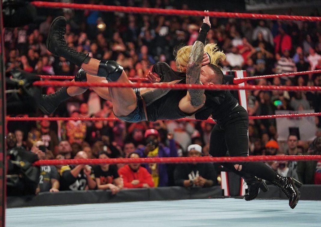 Randy Orton mit dem RKO gegen Beth Phoenix - (c) 2020 WWE. All Rights Reserved.