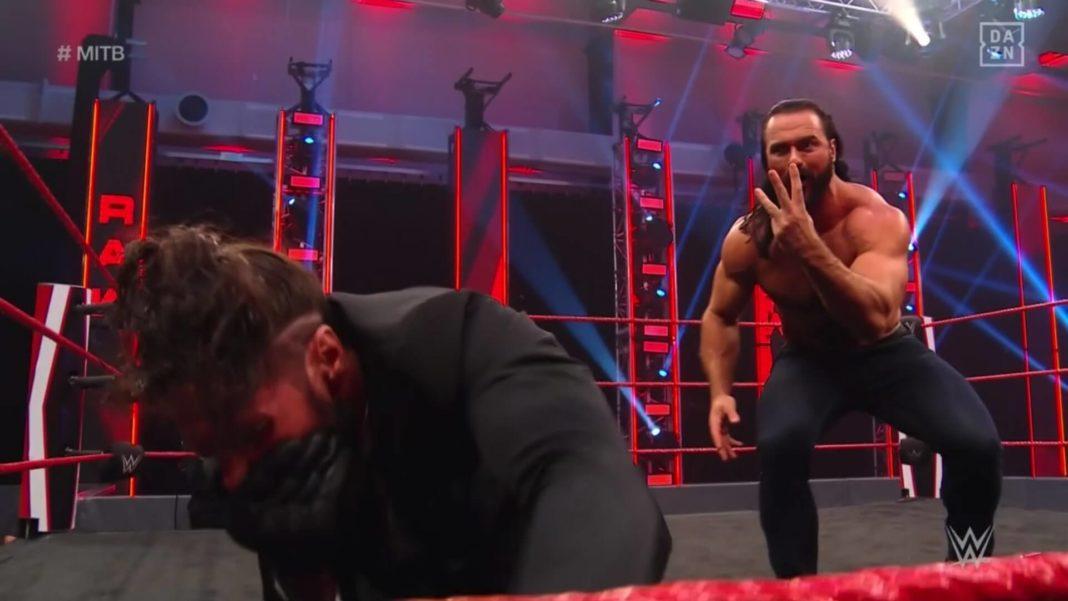 Ärger bei der Vertragsunterzeichnung. © 2020 WWE. All Rights Reserved.