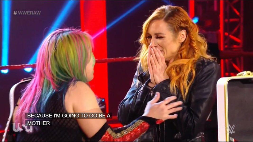 Becky Lynch überbringt die frohe Kunde bei Raw