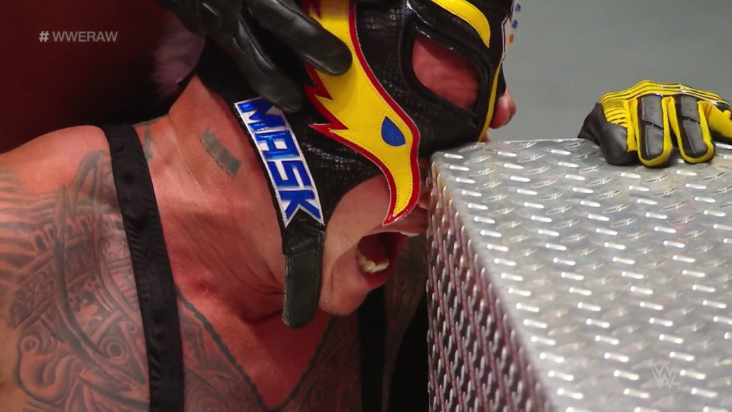 Rey Mysterio sieht mit dem Zweiten eigentlich besser - (c) 2020 WWE. All Rights Reserved.