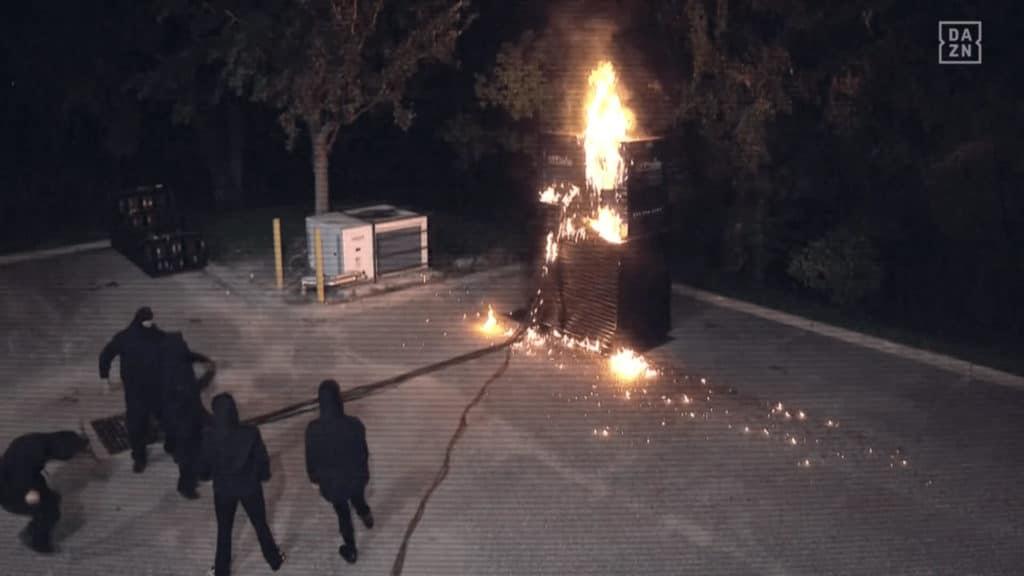 Bei WWE Raw setzen Maskierte einen Generator in Flammen!