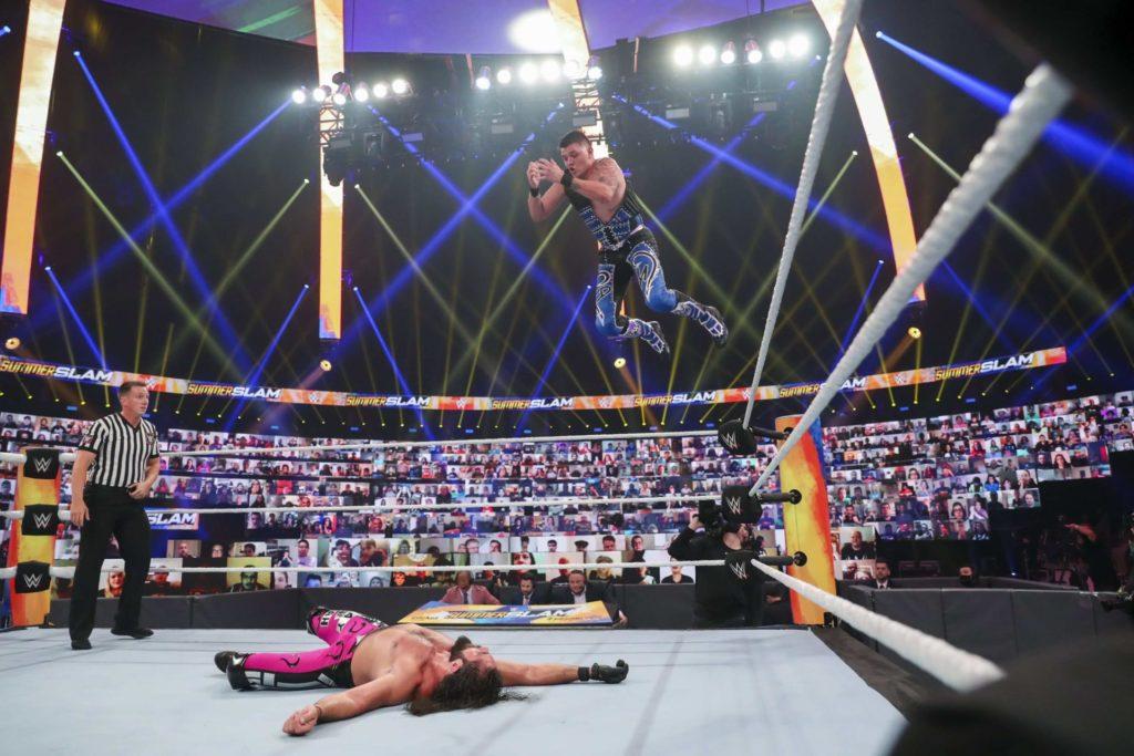 Dominik Mysterio mit dem Frog Splash gegen Seth Rollins - (c) 2020 WWE. All Rights Reserved.