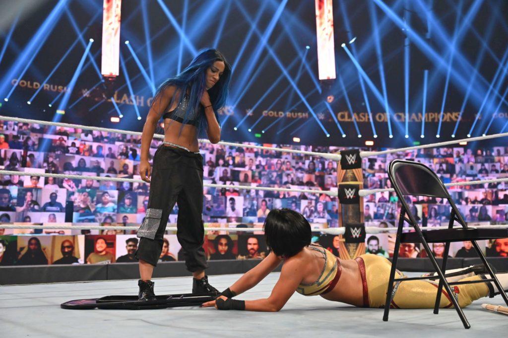 Sasha Banks stoppt Bayley - (c) 2020 WWE. All Rights Reserved.