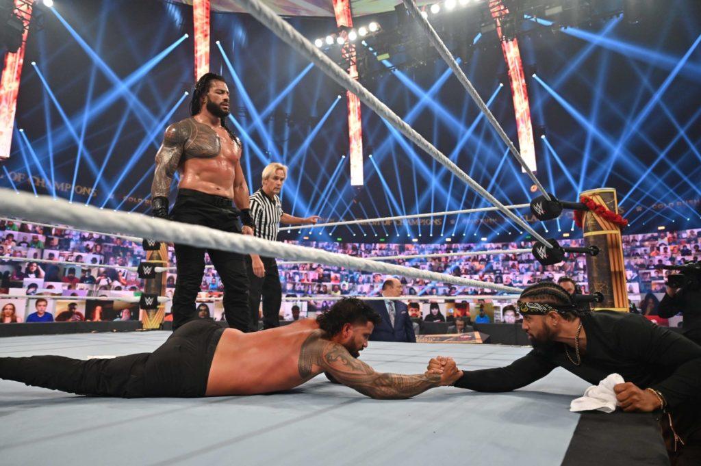 """Jimmy wirft für Jey das Handtuch gegen den """"Tribal Chief"""" Roman Reigns - (c) 2020 WWE. All Rights Reserved."""
