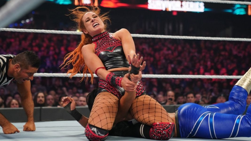 Becky Lynch zieht den Disarm-Her gegen Bayley durch - (c) 2020 WWE. All Rights Reserved.