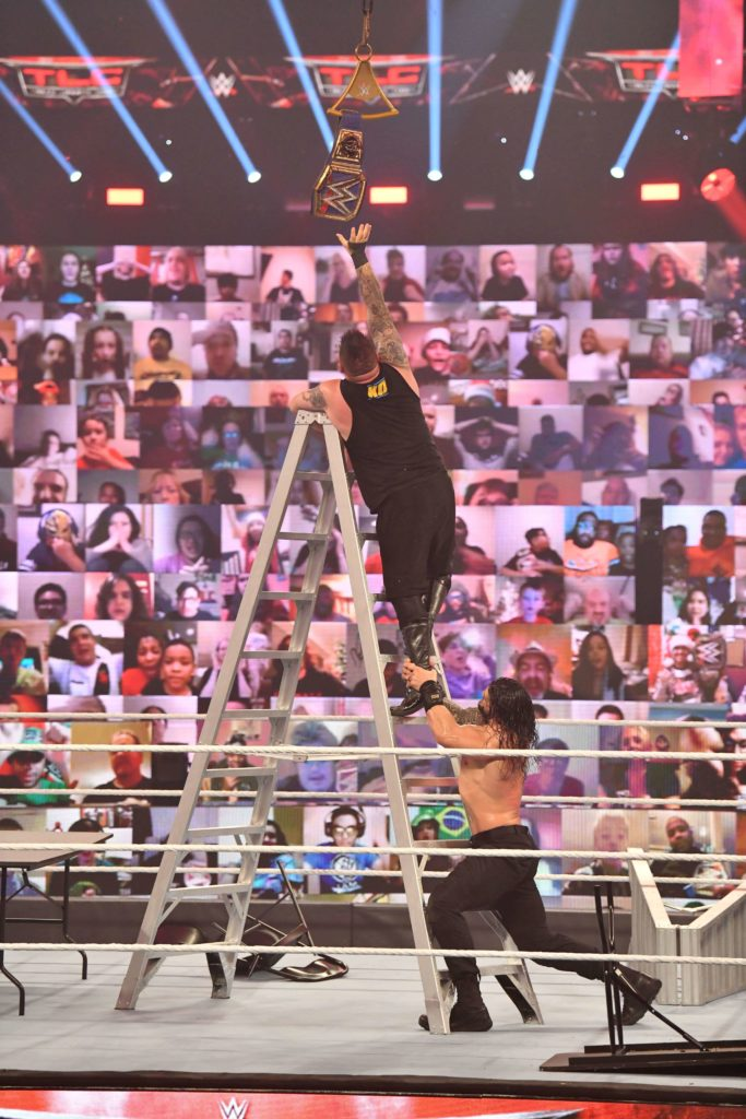 Roman Reigns stoppt Kevin Owens im TLC-Match - (c) 2020 WWE. All Rights Reserved.