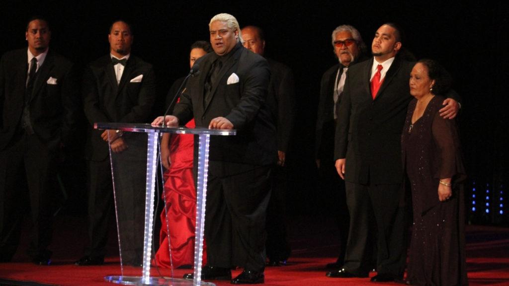 Die Familie bei der Aufnahme von Yokozuna in die WWE Hall of Fame