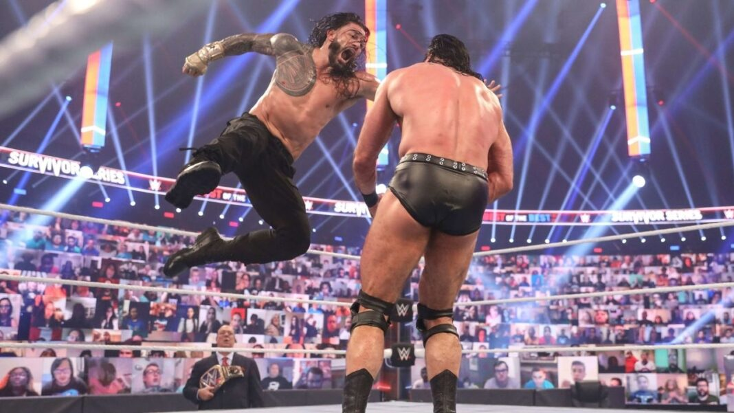 WWE-Superstar Roman Reigns zeigt den Superman Punch - (c) 2020 WWE. All Rights Reserved.