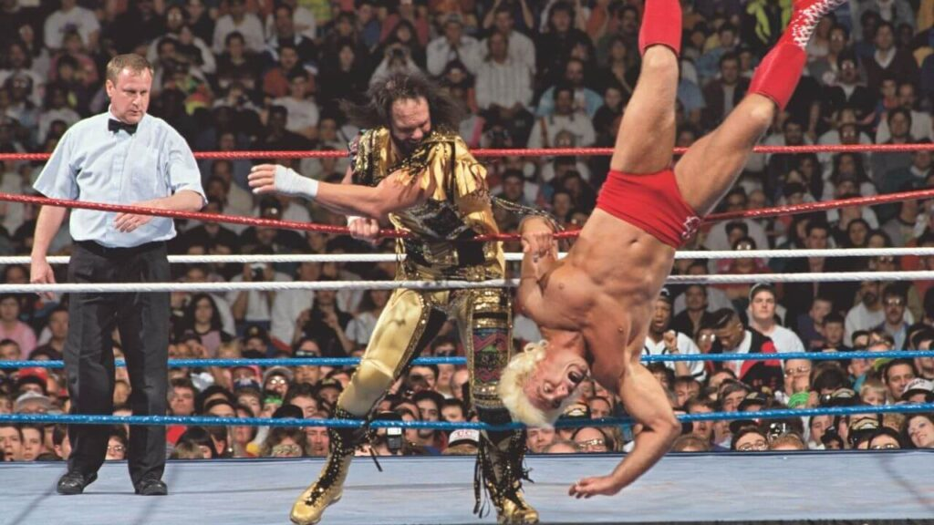 WrestleMania VIII: Randy Savage schickt Ric Flair über die Ringseile - (c) WWE. All Rights Reserved.