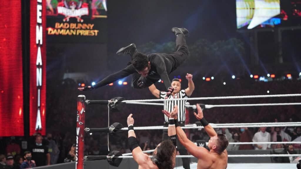 Bad Bunny gibt bei WrestleMania 37 gegen Miz & Morrison alles - (c) 2021 WWE. All Rights Reserved.
